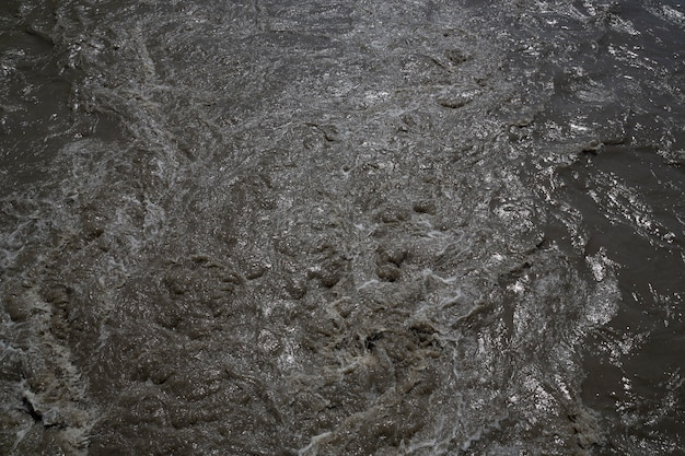 Respingos de água. lama, água suja, água marrom no rio, areia na água na nascente