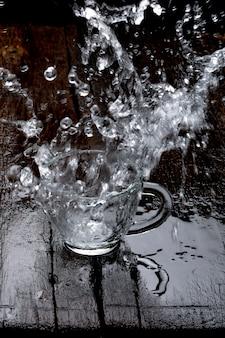 Respingos de água no copo de vidro