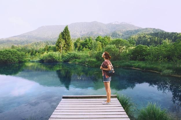 Respiração de mulher jovem no fundo da natureza. conceito de viagens, liberdade, estilo de vida. eslovênia, europa.