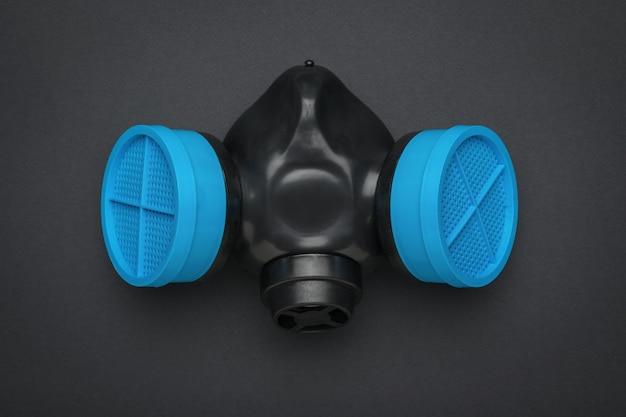 Respirador preto e azul em uma superfície preta