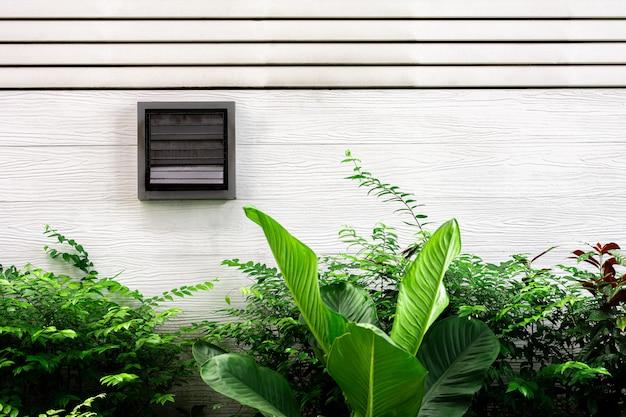 Respiradouros no edifício de madeira branco velho.