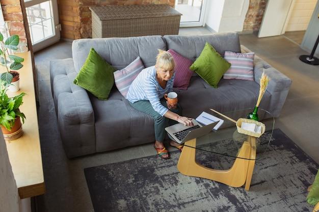Resposta de texto digitando mulher idosa estudando em casa recebendo cursos on-line de autodesenvolvimento