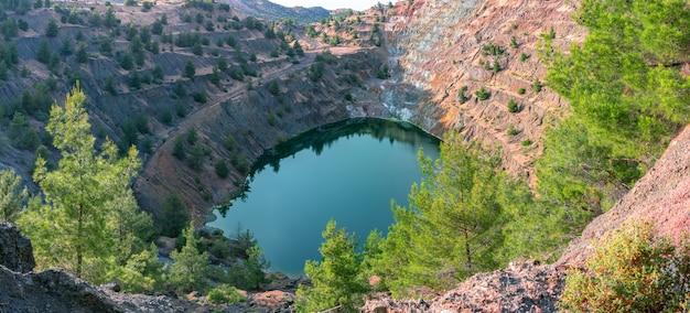 Restauração de ecossistemas. reflorestamento em área de antiga mina a céu aberto, vista panorâmica