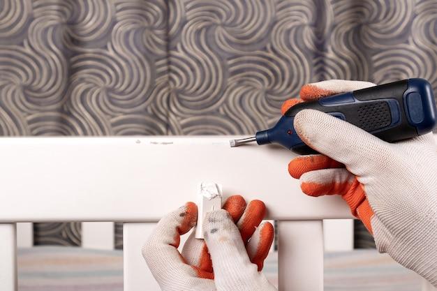Restauração de móveis, pintura e reparação de danos closeup.
