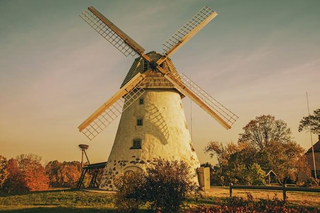 Restaurado velho moinho de vento na encosta da montanha. dia ensolarado de outono.