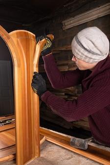 Restaurador restauro e reparação de portas de madeira.