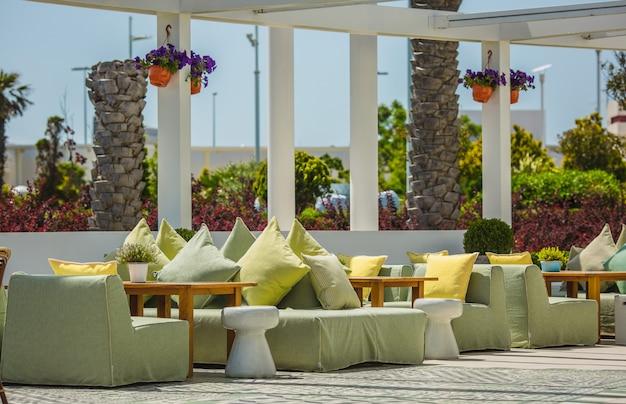Restaurand do terraço em um estilo moderno no verão.