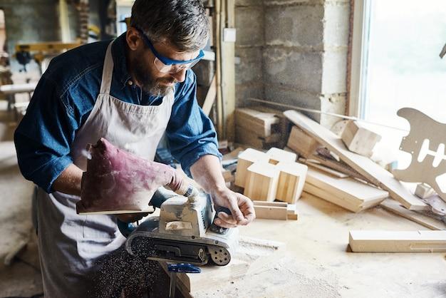 Restaurando móveis de madeira