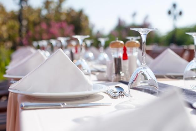 Restaurante ao ar livre com bela decoração estilosa