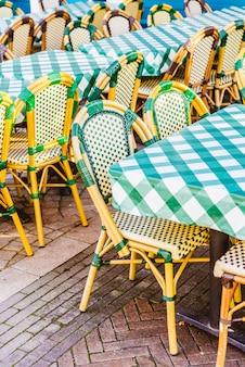 Restaurante ao ar livre com mesa e cadeira