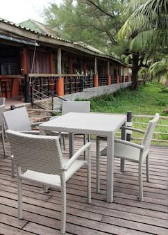 Restaurante ao ar livre com mesas e cadeiras no resort