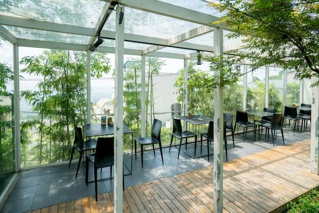 Restaurante ao ar livre na floresta de bambu