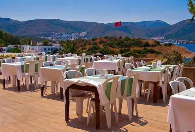 Restaurante ao ar livre perto da praia