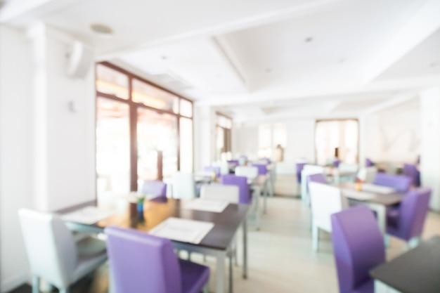 Restaurante borrado com cadeiras roxas