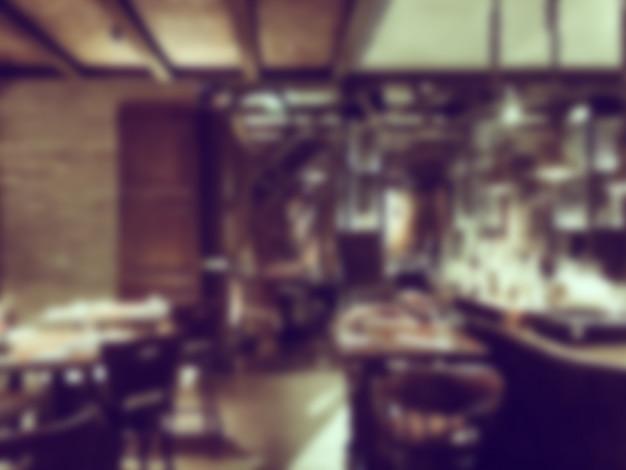 Restaurante borrado com vigas de madeira