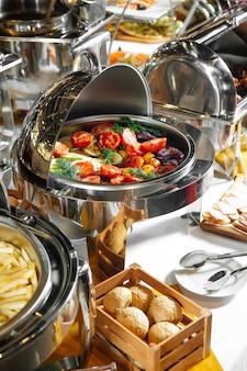 Restaurante buffet de almoço com pratos variados de vegetais