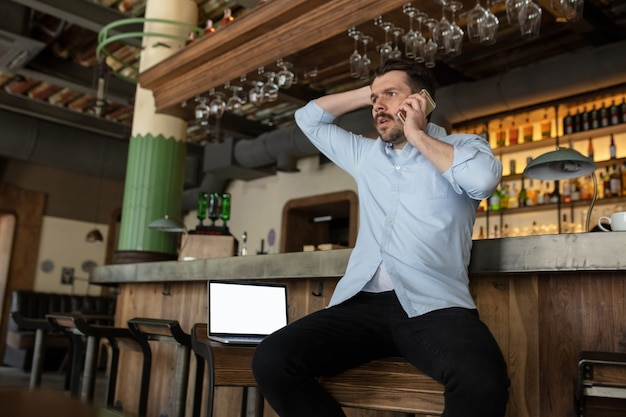 Restaurante, café, bar fechado devido ao bloqueio de surto de covid-19 ou coronavirus, estressado proprietário de uma pequena empresa, depressão. empresário exausto, chateado. negócios, economia, crise financeira.