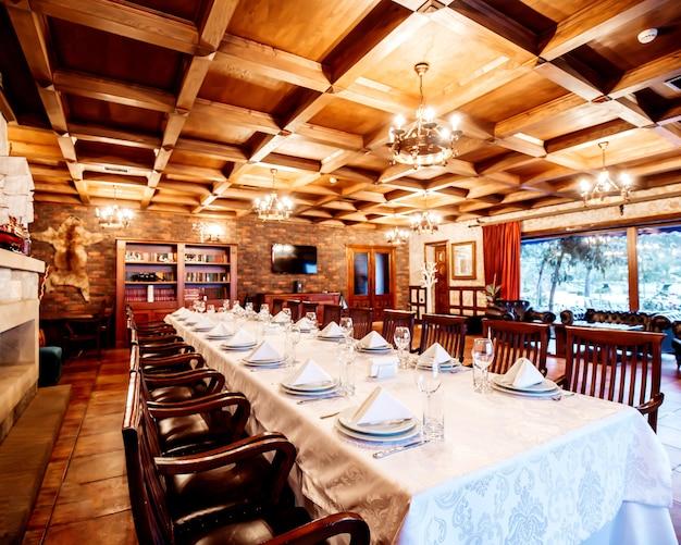 Restaurante de estilo clássico com mesas e cadeiras