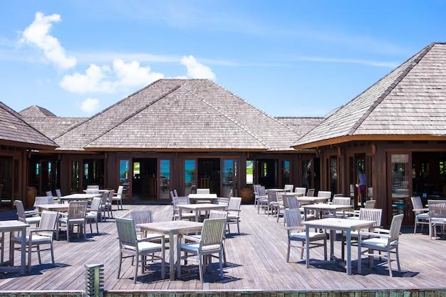 Restaurante de verão ao ar livre vazio perto do mar na ilha exótica