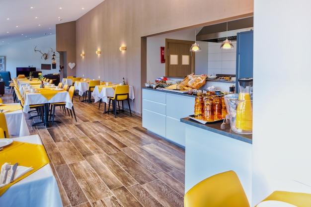 Restaurante elegante e minimalista em um hotel escandinavo