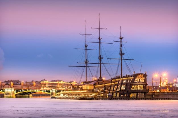 Restaurante em um navio no rio neva em são petersburgo