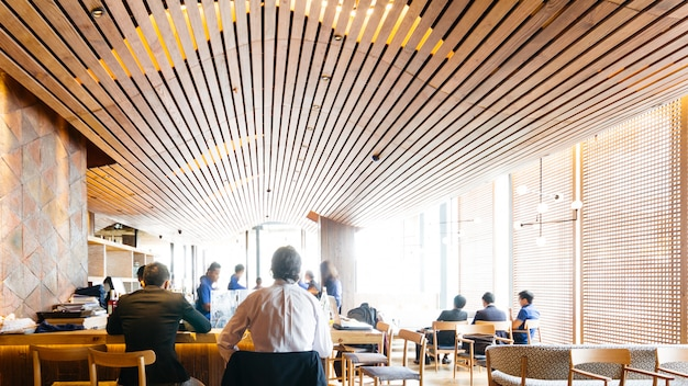 Restaurante japonês moderno decorado com elementos de madeira. confortável balcão com clientes.