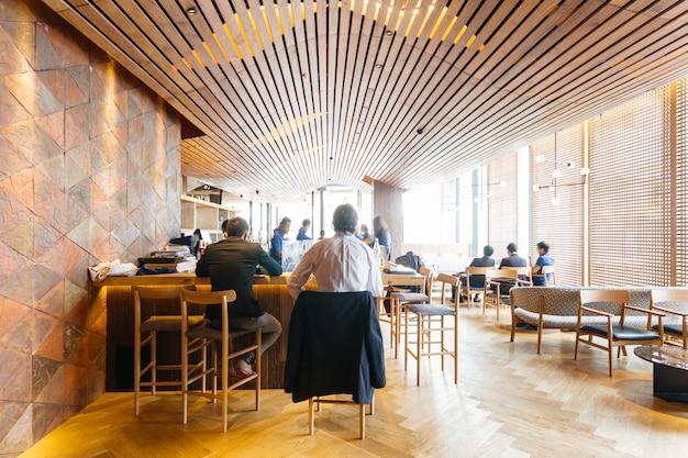 Restaurante japonês moderno decorado com elementos de madeira.