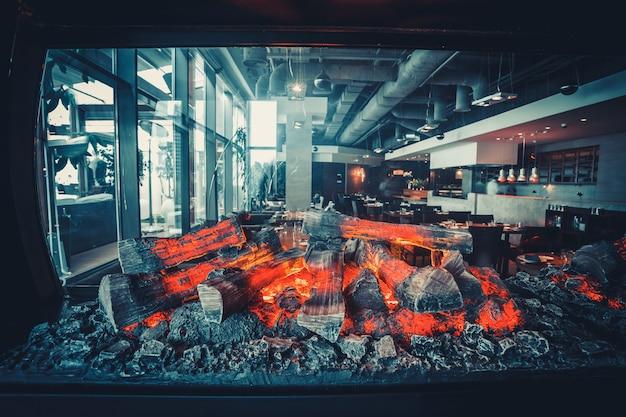 Restaurante moderno com cozinha aberta