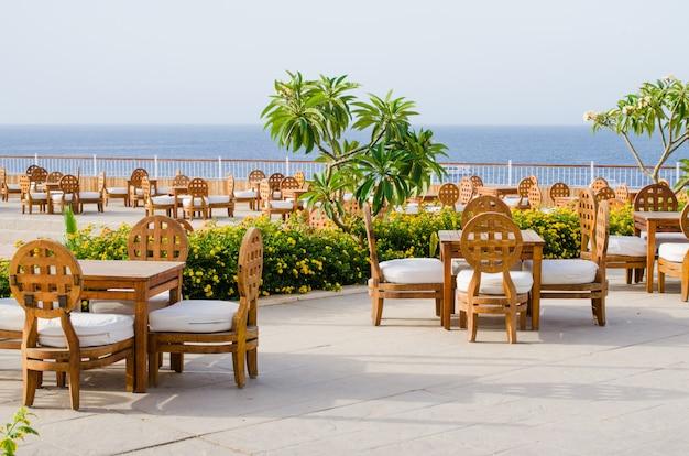 Restaurante ou café acolhedor no território do hotel de cinco estrelas com opinião do mar no sharm el sheikh.