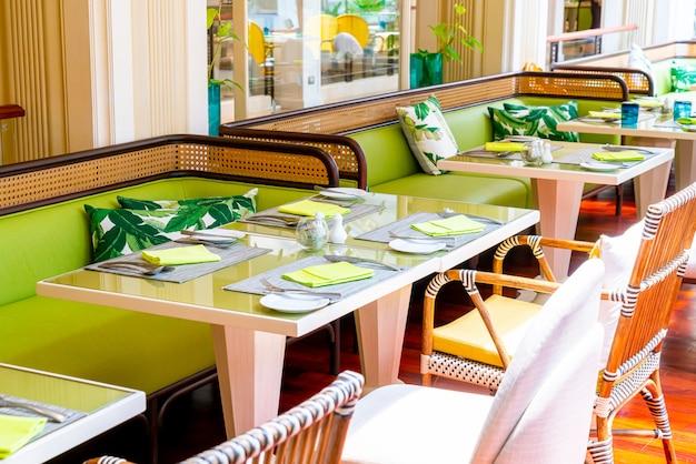 Restaurante situado na mesa no café restaurante