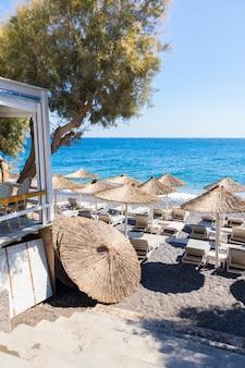 Restaurante terraço em frente à praia em kamari na ilha de santorini