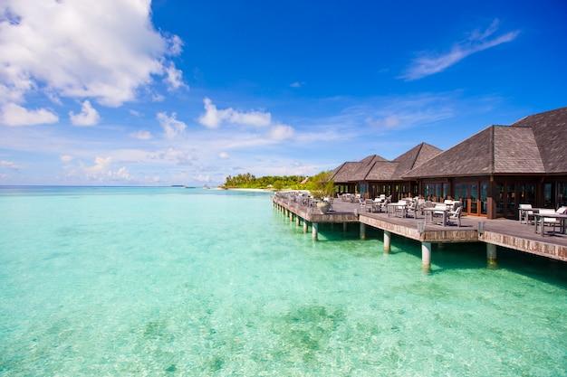 Restaurante vazio ao ar livre do verão na ilha tropical no oceano índico