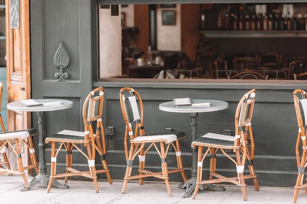 Restaurante vazio do ar aberto do verão em europa.