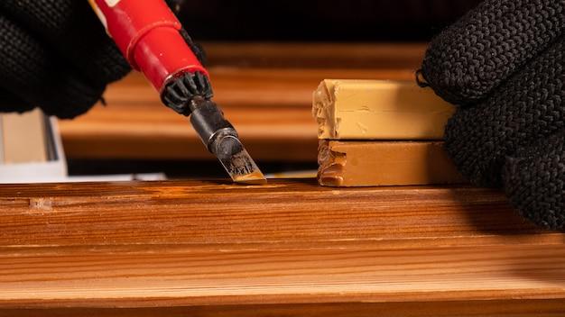 Restauro de portas de madeira com cera .., eliminação de aparas de defeitos.