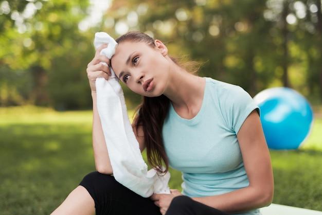 Resto da menina após o exercício garota em treinamento físico.