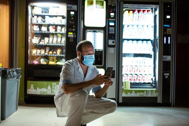 Resto do pessoal sanitário nas máquinas de venda automática. pausa para o café
