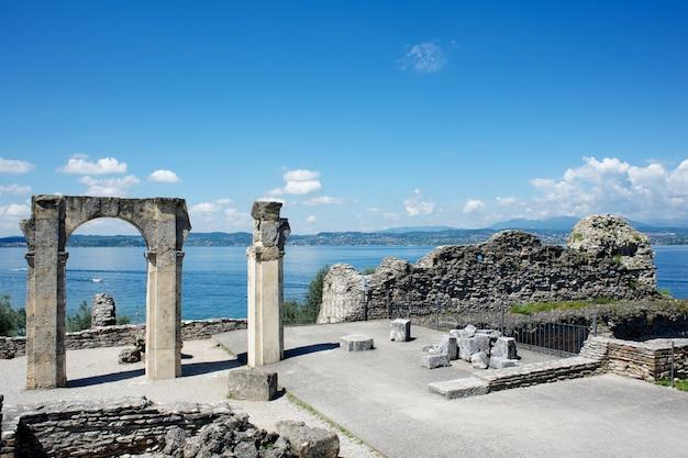 Restos antigos à beira-mar