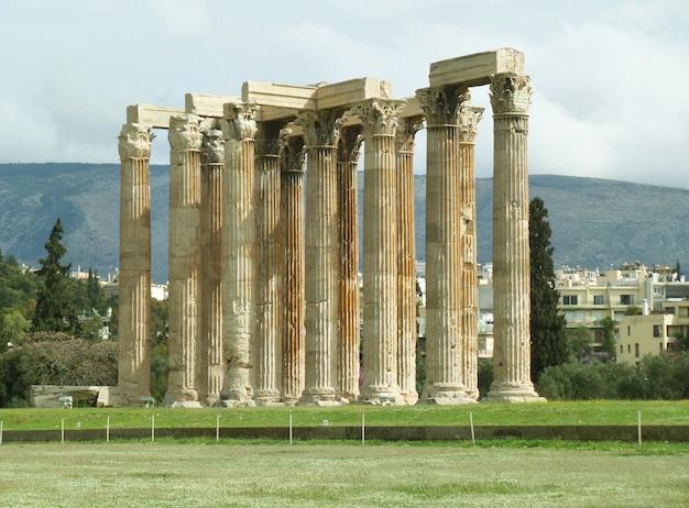 Restos antigos impressionantes do templo de zeus olímpico, centro da cidade de atenas, grécia