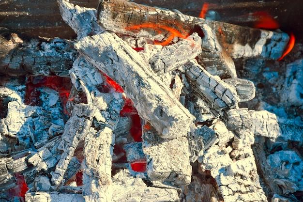 Restos de carvão e cinzas após queima de madeira. uma