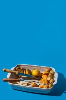 Restos de comida assada no espaço da cópia da bandeja