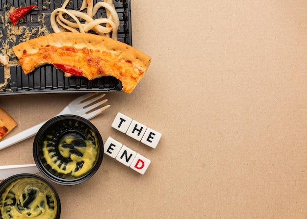 Restos de comida de pizza, citação final, cópia espaço