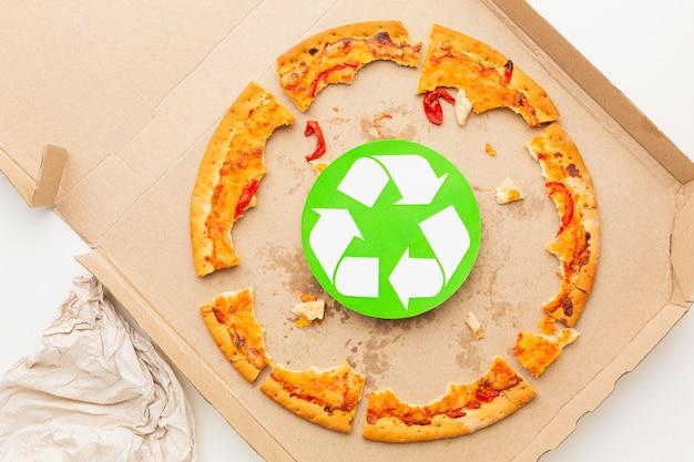 Restos de comida de pizza e símbolo de reciclagem