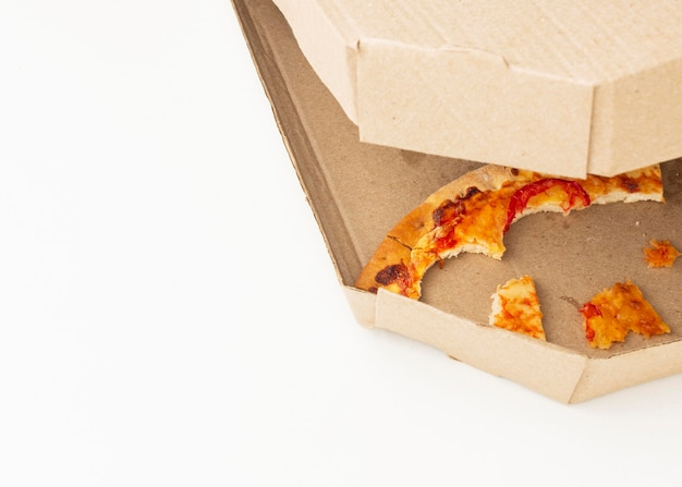 Restos de comida de pizza em vista alta