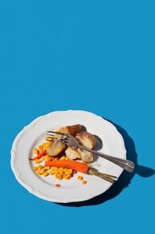 Restos de comida no prato cópia espaço vista elevada