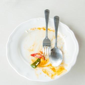 Restos de comida no prato depois do café da manhã, comida suja no recipiente depois de comer
