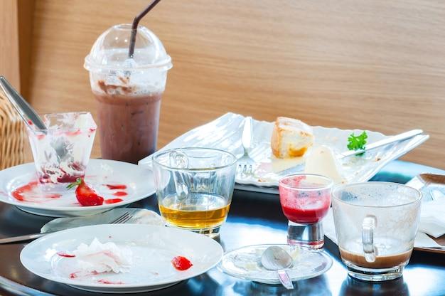 Restos de comida no prato depois do café da manhã