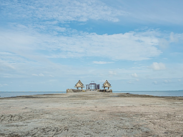 Restos de edifícios antigos à beira-mar