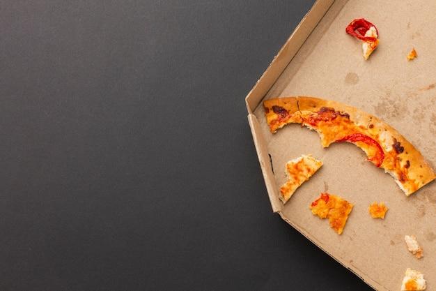 Restos de pizza de comida na cópia do espaço
