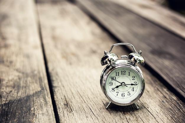 Restro despertador na tabel de madeira velha