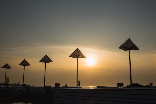 Resturant pôr do sol na praia